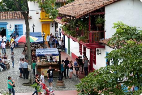 balcons d'une maison de la place du Pueblito Paisa de Medellín