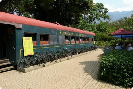 wagon d'un train transformé en restaurant au jardin botanique de Medellín