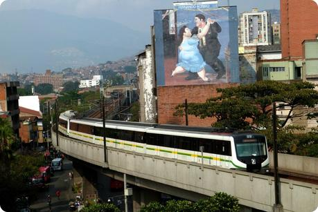 métro et peinture de Botero sur un mur vus depuis le Palacio de la Cultura de Medellín