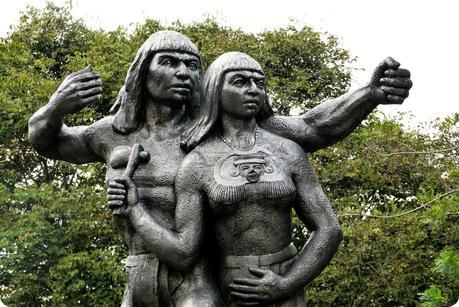 Sculpture du cacique au Pueblito Paisa de Medellín