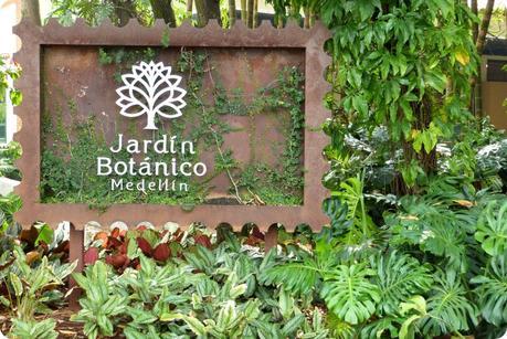 panneau d'entrée au jardin botanique de Medellín