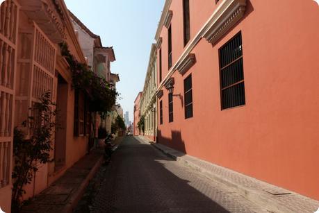 rue de Carthagène entièrement de couleur ocre rouge