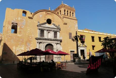 bâtiment jaune un peu délabré : le convento santo domingo, sur une place de Carthagène
