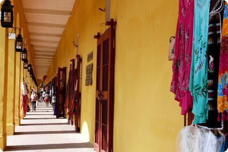 Entrées des nombreuses boutiques artisanales sous les voûtes construites tout autour de la ville de Carthagène