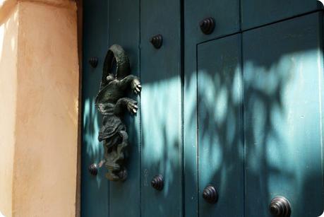 heurtoir en forme de salamandre sur une porte en bois bleue de Carthagène