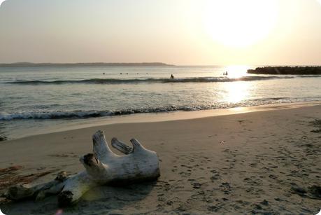des baigneurs assistent au coucher de soleil sur la mer à Carthagène des Indes