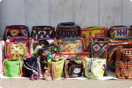 Mochilas de toutes les couleurs fabriquées par la population Wayuu exposées le long d'un bâtiment du centre de Carthagène