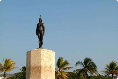 Statue grandeur nature de la India Catalina à Carthagène : une femme indigène qui se tient très droite la tête haute