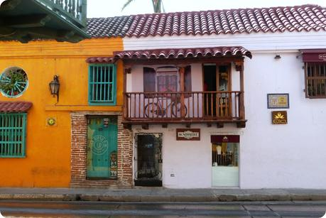 maisons colorées de Carthagène dont un restaurant français : Montmartre, qui lui est blanc et bois