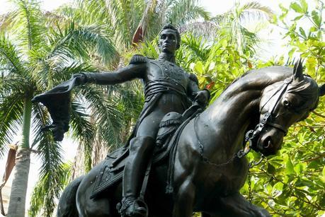 imposante statue de Simon Bolivar sur son cheval abaissant son chapeau sur la place Parque Bolivar de Carthagène