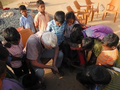 La petite école tribale, la visite annuelle !