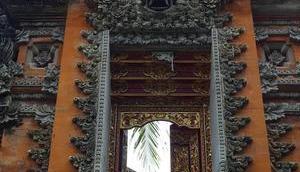 Ubud stories Pura Taman Kemuda Saraswati monstres, lotus Barong